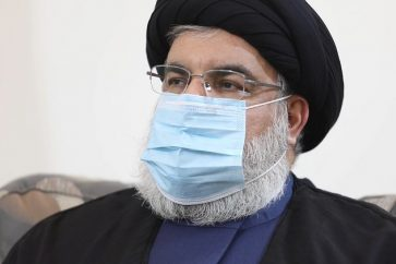 Sayed Hassan Nasrallah portant un masque
